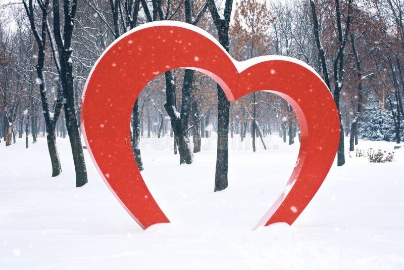 Duża Czerwona Kierowa uliczna instalacja w zima parku Valentine&-x27; s dzień, miłość, romansowy tło fotografia royalty free