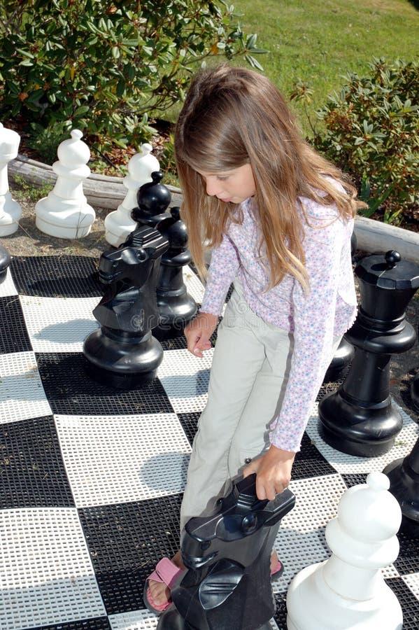 duża dziewczynka chess grać zestaw fotografia royalty free
