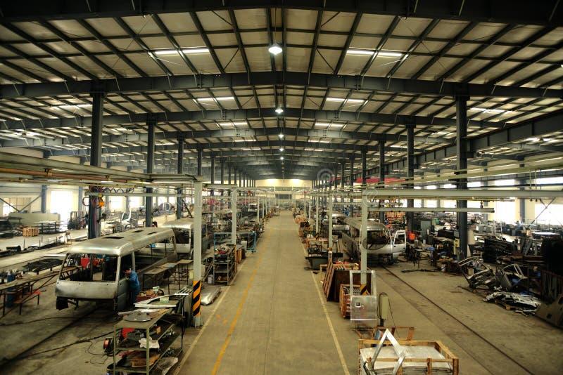 Duża fabryka produkować średnich passanger samochody fotografia stock
