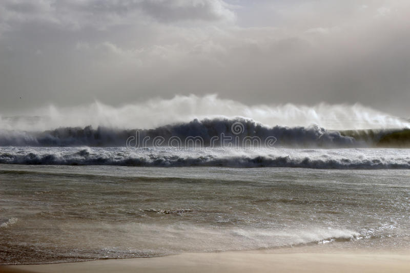 Duża fala podczas burzy zdjęcia royalty free