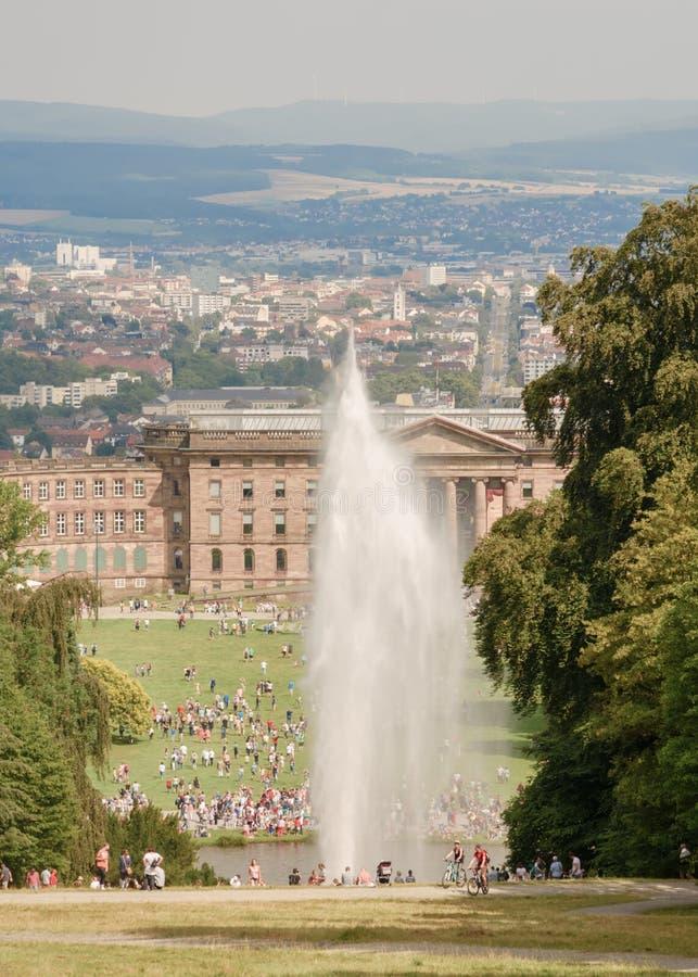 Duża fontanna w Wilhelmshoemountain parku Neoklasyczny palac zdjęcie royalty free