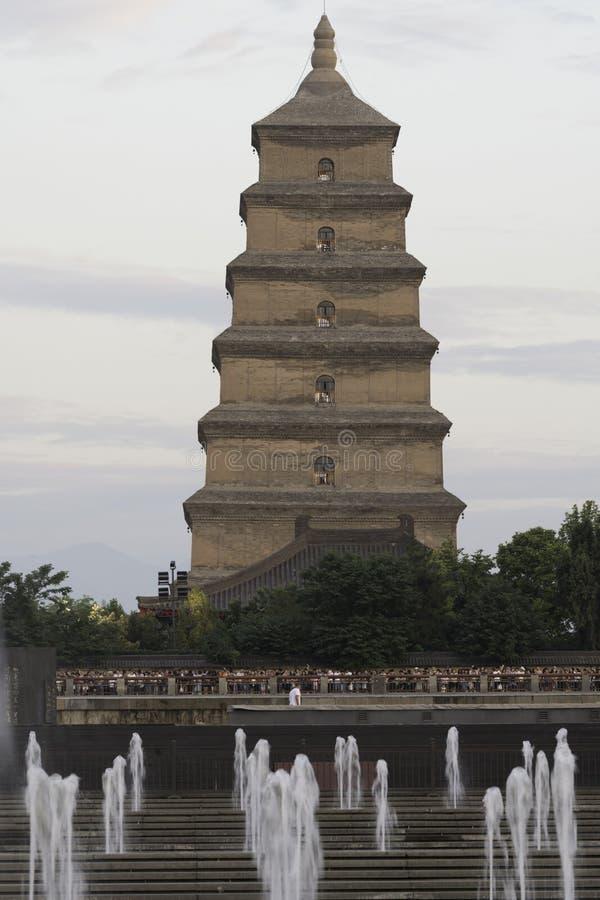 Duża gęsia pagodowa Xian dnia porcelanowa fontanna fotografia stock