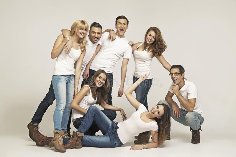 Duża grupa roześmiani przyjaciele zdjęcia stock
