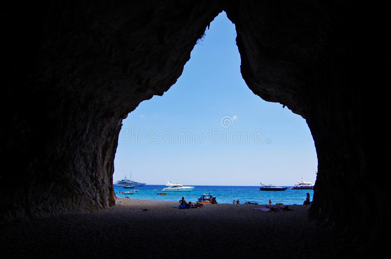 Duża jama przy Cala Luna zatoką obrazy stock