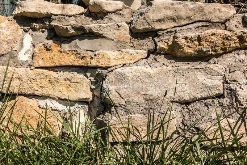 Duża kamienna ściana w ogródzie fotografia royalty free
