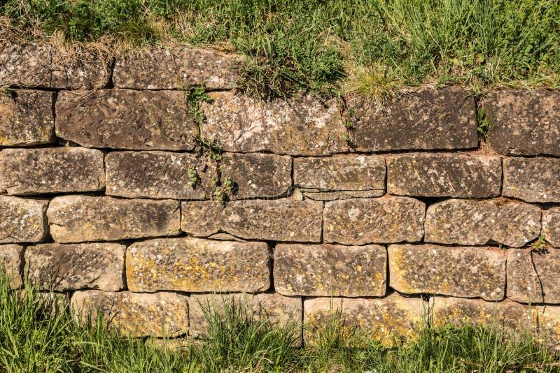 Duża kamienna ściana w ogródzie zdjęcia stock