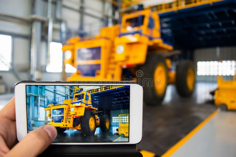 Duża kopalnictwo ciężarówka w produkcja sklepie samochodowa fabryka zdjęcia royalty free