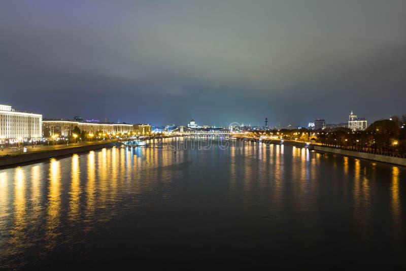 Duża miasto rzeka na tle miasto z światłami zdjęcia stock