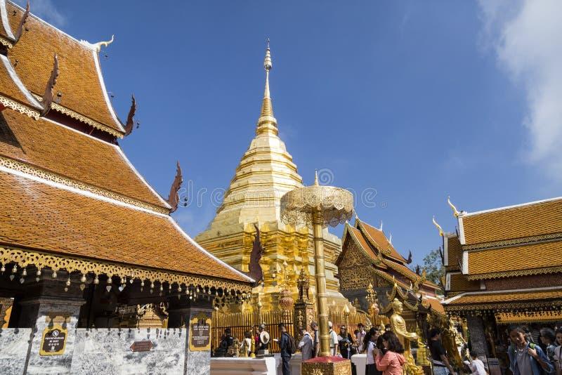 Duża piękna złota pagoda Wat Phra Ten Doi Suthep obraz royalty free