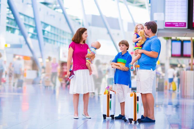 Duża rodzina przy lotniskiem zdjęcia royalty free