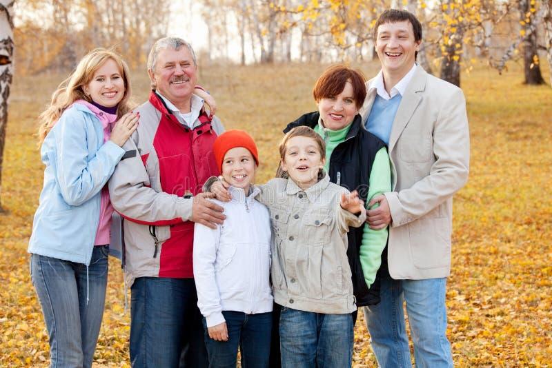 Duża rodzina w jesień parku zdjęcie royalty free
