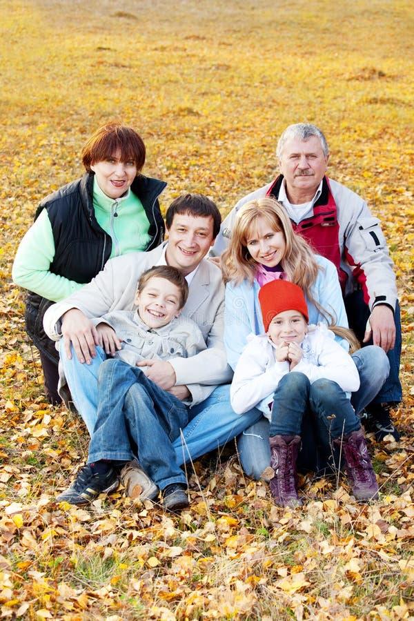 Duża rodzina w jesień parku zdjęcia royalty free