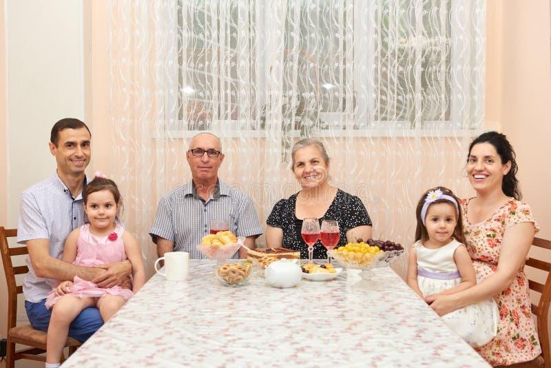 Duża rodzinna pije herbata w jadalni obraz royalty free