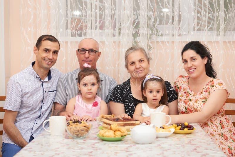 Duża rodzinna pije herbata w jadalni fotografia stock
