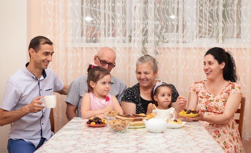 Duża rodzinna pije herbata w jadalni obraz stock