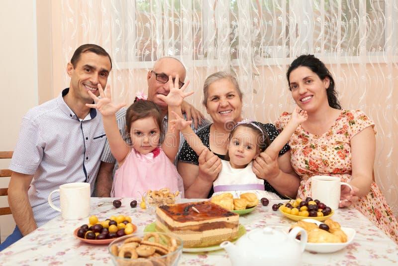 Duża rodzinna pije herbata w jadalni zdjęcie stock