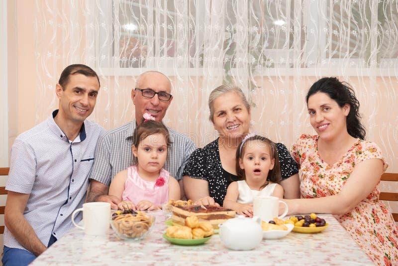 Duża rodzinna pije herbata w jadalni obrazy royalty free