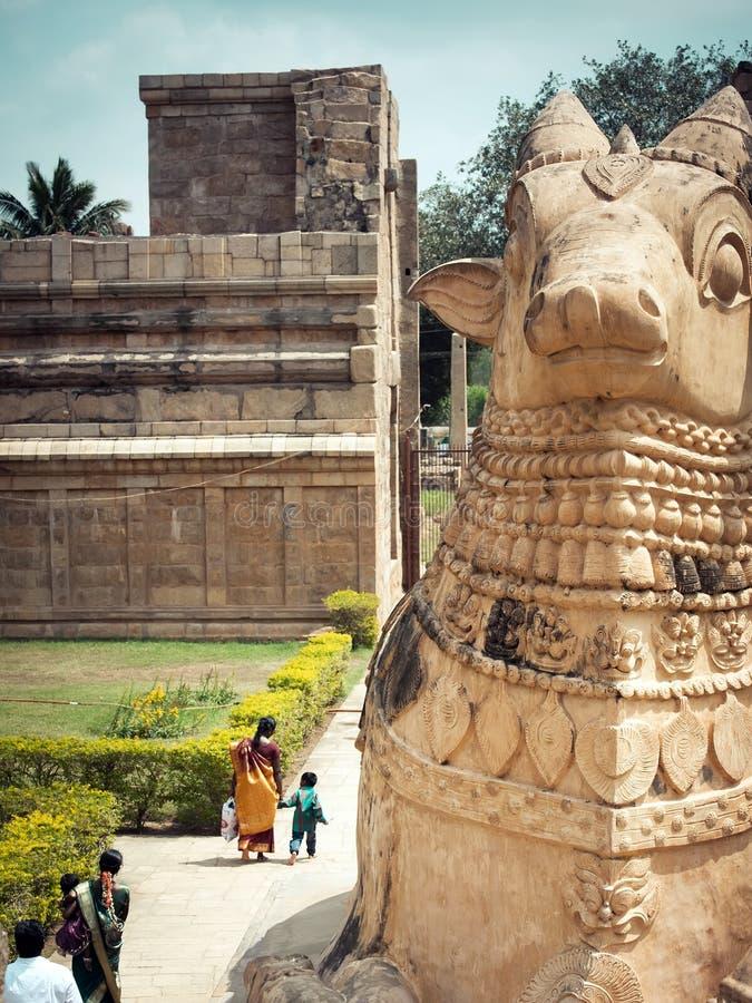 Duża statua Nandi byk w Indiańskiej świątyni India, tamil nadu fotografia royalty free