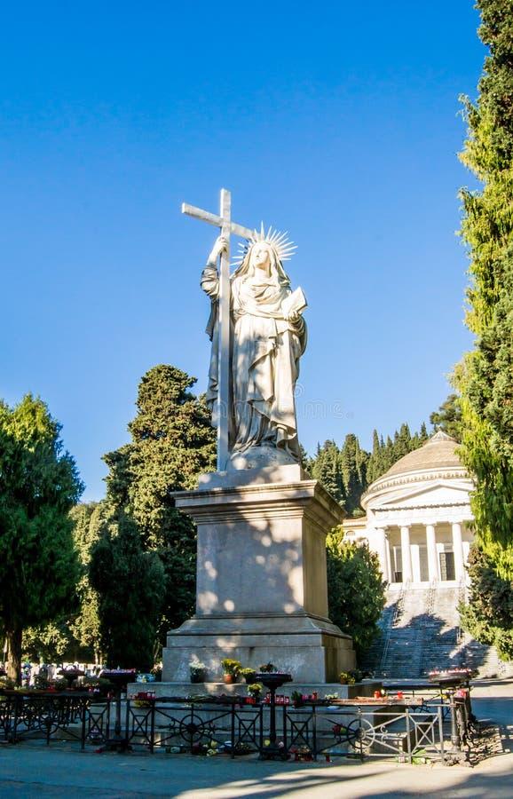 Duża statua robić marmur w cmentarnianym Staglieno w mieście genua maryja dziewica, Włochy fotografia stock