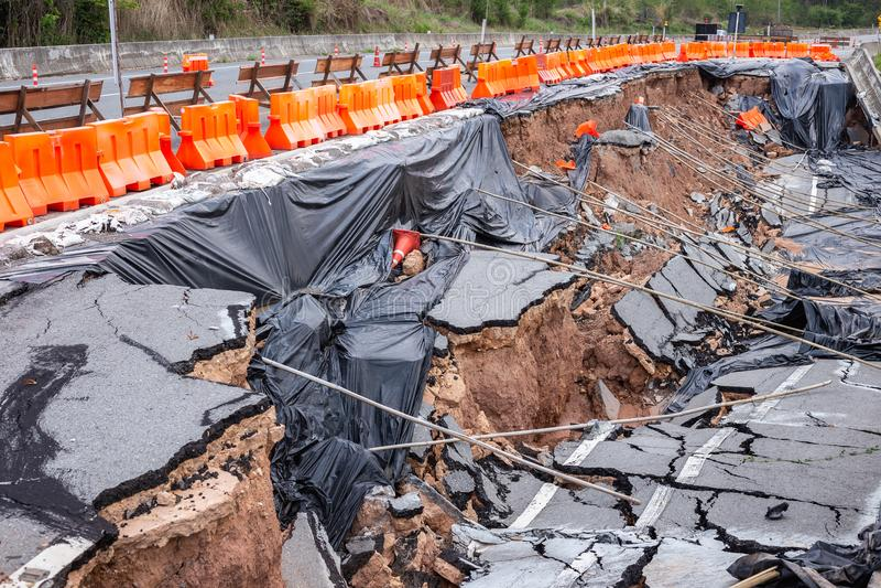 Duża szkoda asfaltowa droga na zbocze przyczynie ulewny deszcz a obrazy royalty free