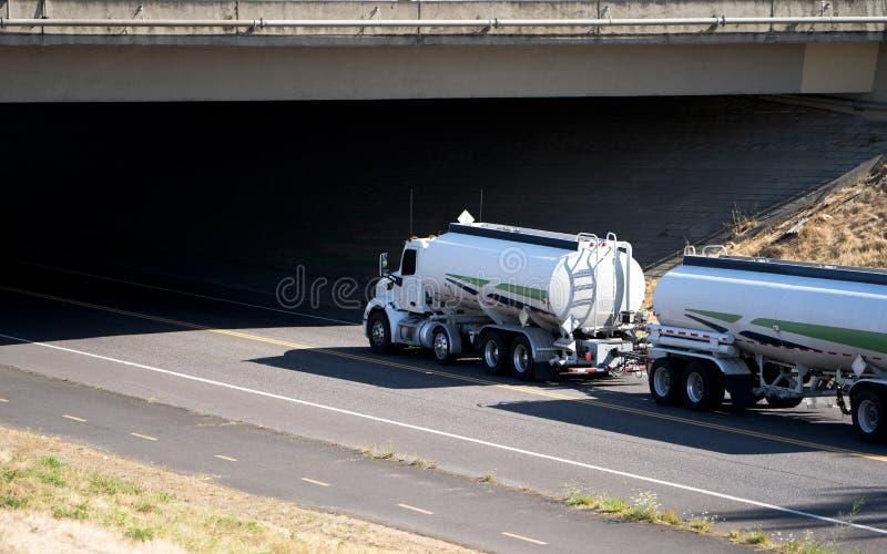 Duża takielunku semi ciężarówka odtransportowywa dwa zbiornik przyczep iść und semi obraz royalty free