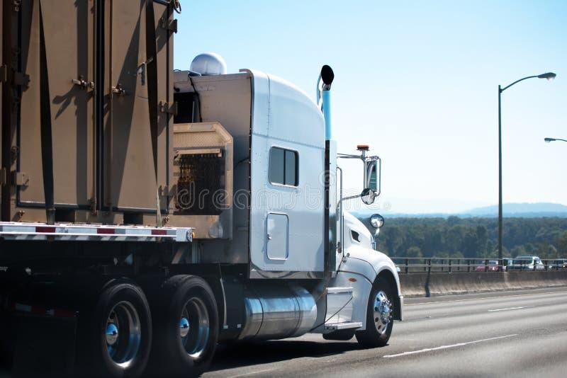 Duża takielunku semi ciężarówka z płaskiego łóżka semi przyczepy przewiezionym commerci fotografia royalty free