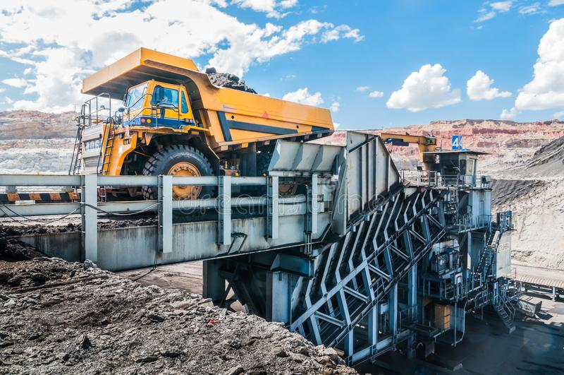 Duża usyp ciężarówka jest górniczym maszynerią lub górniczym wyposażeniem trans, zdjęcia stock
