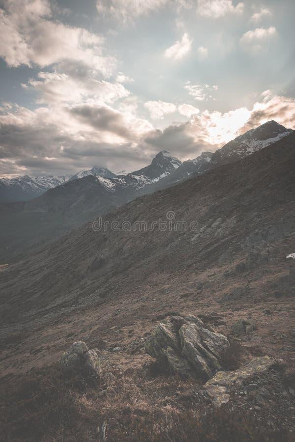 Duża wysokość krańcowy teren, skalisty halny szczyt i strzępiasta grań z scenicznym dramatycznym burzowym niebem, Szeroki kąta wi fotografia stock