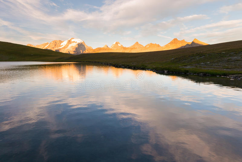 Duża wysokość wysokogórski jezioro, Granu Paradiso pasmo górskie przy zmierzchem zdjęcie stock