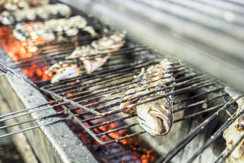 Duża złota ryba piec na grillu na węglu drzewnym na grillu zdjęcia royalty free
