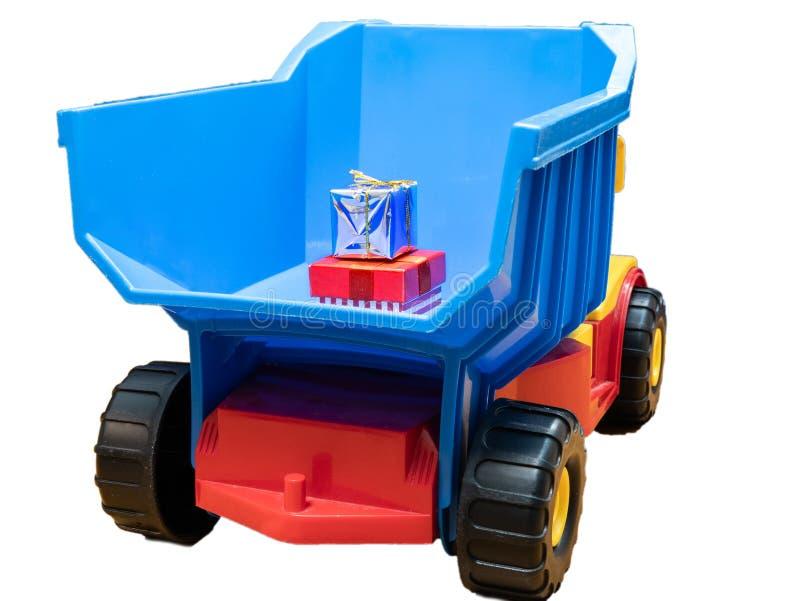 Duża zabawki ciężarówka z małymi prezentów pudełkami w ciele fotografia royalty free