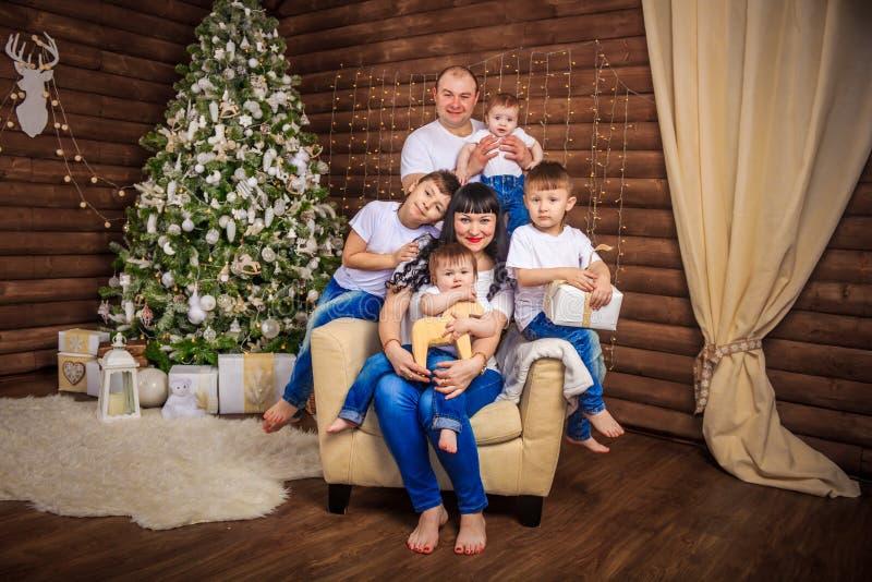 Duża zlana szczęśliwa rodzina przy świąteczną stołową pobliską choinką fotografia royalty free