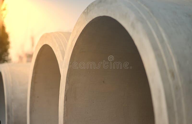 Duże cement drymby w stercie, zamkniętej w górę sunflare z fotografia stock