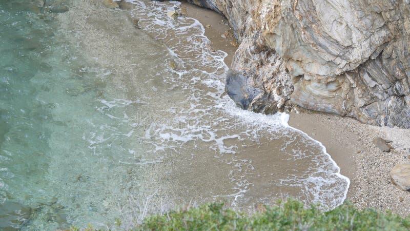 Duże fala walić na skałach obraz stock