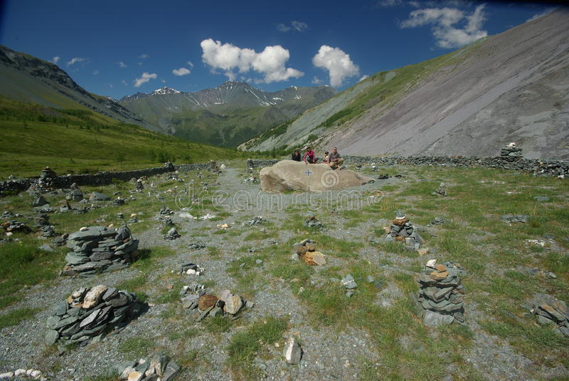 duże krajobrazowe halne góry Średniogórza halni szczyty, wąwozy i doliny, Kamienie na skłonach zdjęcie stock