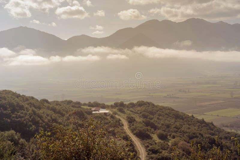duże krajobrazowe halne góry Widok dolina na mgłowym, jesień ranek od wzrosta Grecja, Peloponnese zdjęcie stock