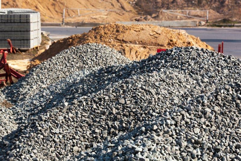 Duże pale budowlane piasku i żwiru wykorzystywane do produkcji asfaltów i budownictwa fotografia stock