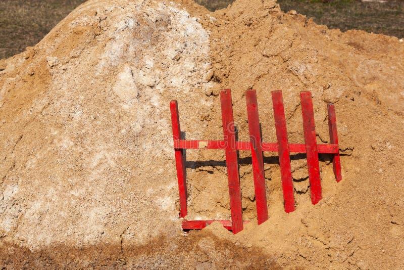 Duże pale piasku budowlanego stosowane do produkcji i budowy asfaltów obrazy royalty free