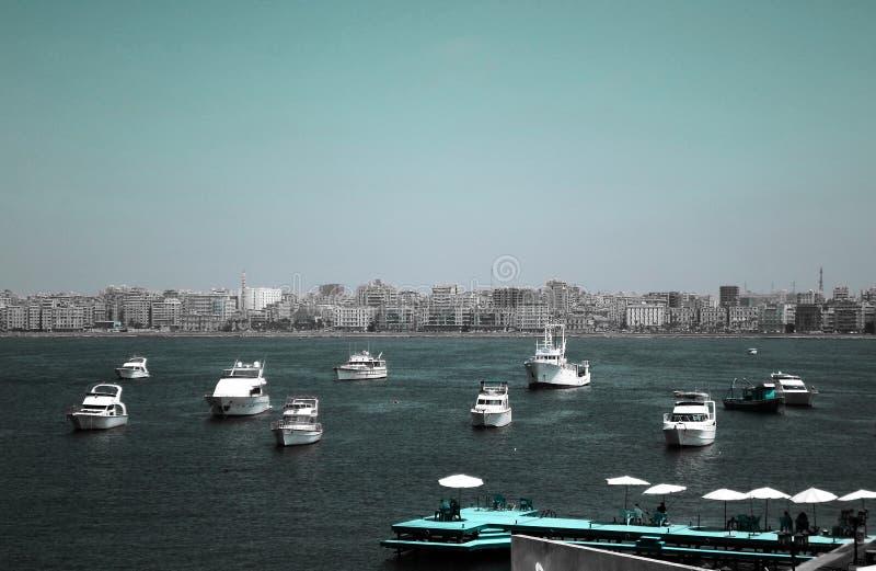 Duże Rybie łodzie parkuje blisko cytadeli Qaitbay na wybrzeżu Alexanderia, Egipt obraz stock