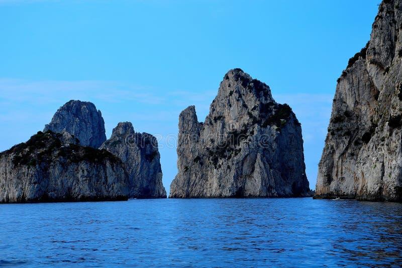 Duże skały w włoskim morzu fotografia royalty free