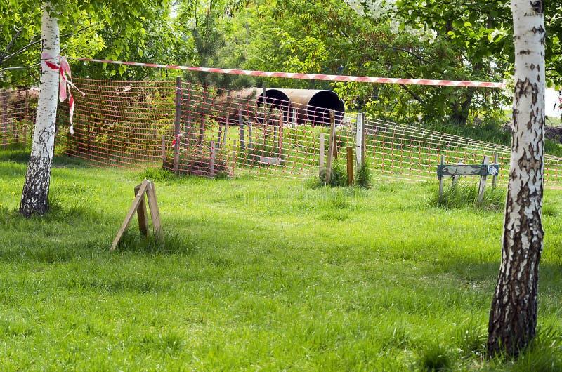 Duże Stalowe drymby na Drogowej krawędzi w mieście Czerwony siatki zabezpieczającej ogrodzenie, taśma i Miastowa infrastruktury b zdjęcia stock