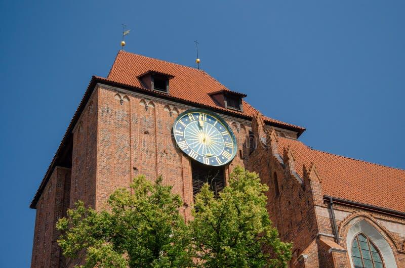 Dużego outside antyczny zegar na Starym urzędzie miasta w Toruńskim, Polska zdjęcia stock