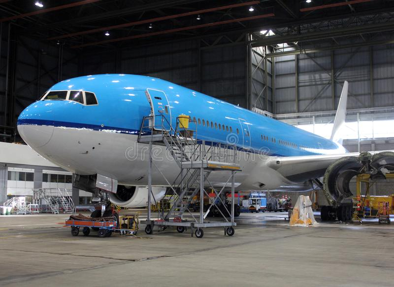 Dużego samolotu inside hangar obrazy royalty free