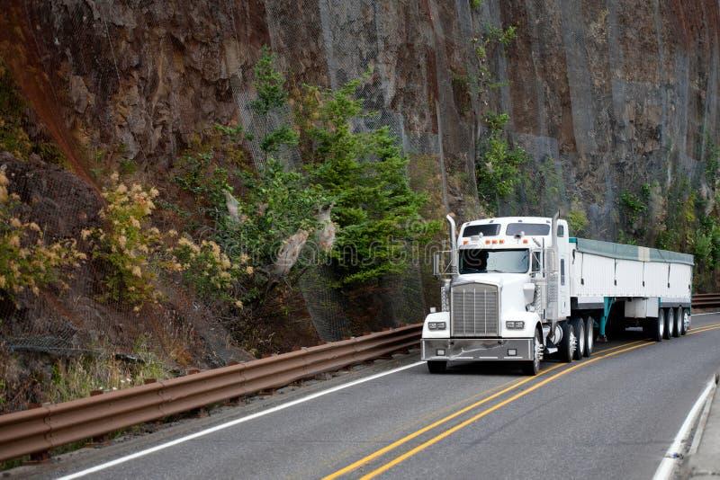 Dużego takielunku amerykanina modela semi semi biała ciężarówka z zakrywającą masą t zdjęcie royalty free