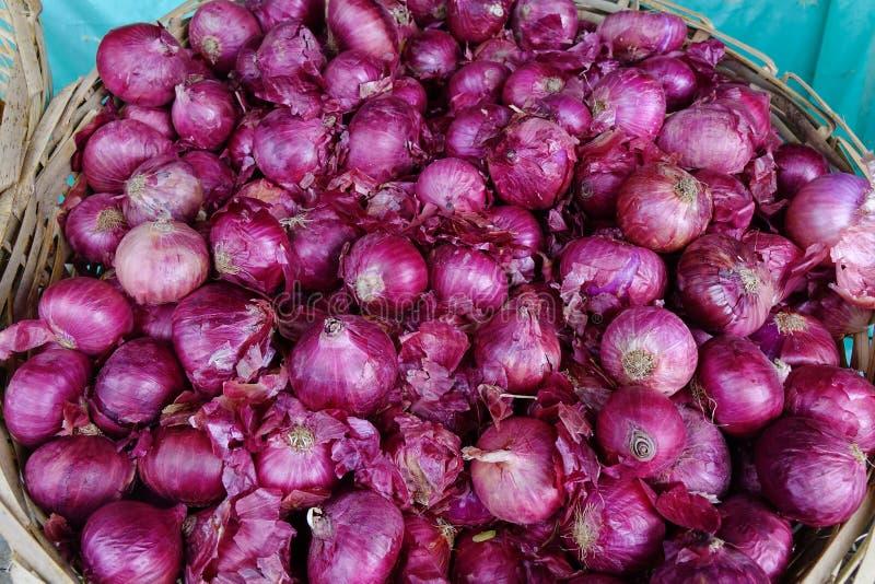 Dużego zdrowego weganinu organicznie purpurowe cebule obrazy stock