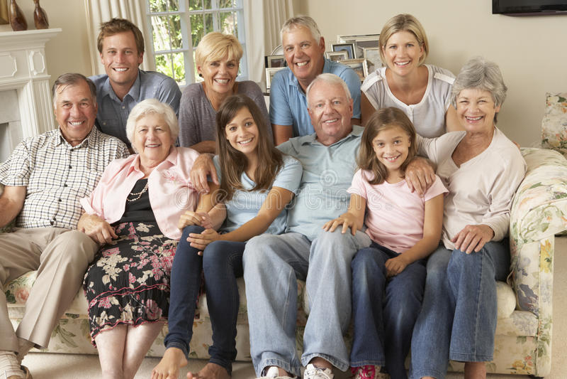 Dużej Rodziny Grupowy obsiadanie Na kanapie Indoors obrazy royalty free