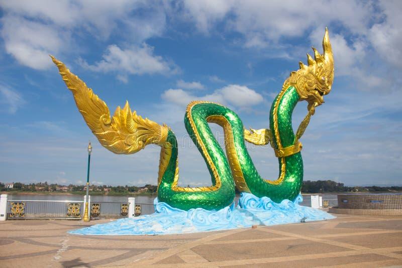 Dużej Wspaniałej statuy Zielony i błyszczący złocisty Naga, czarodziejka tai obraz royalty free