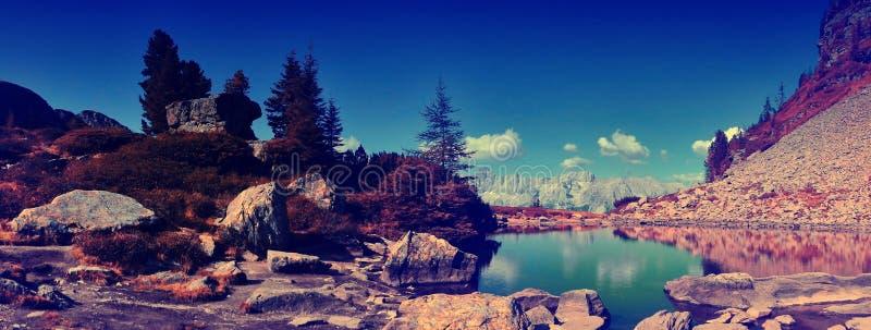 Dużej wysokości góry sceniczny krajobraz z halnym jeziorem obraz stock