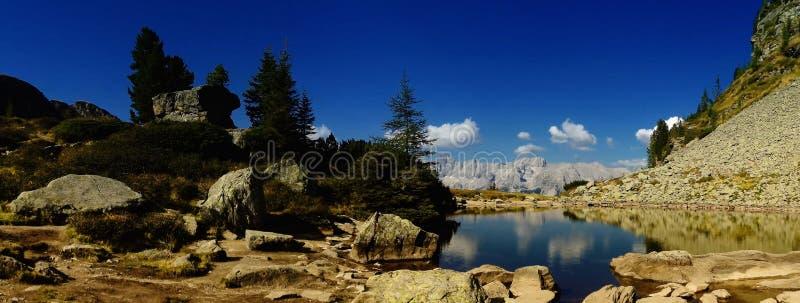 Dużej wysokości góry sceniczny krajobraz z halnym jeziorem fotografia stock