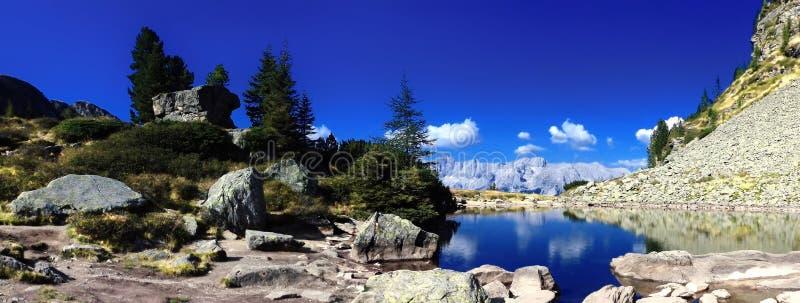 Dużej wysokości góry sceniczny krajobraz z halnym jeziorem obrazy stock
